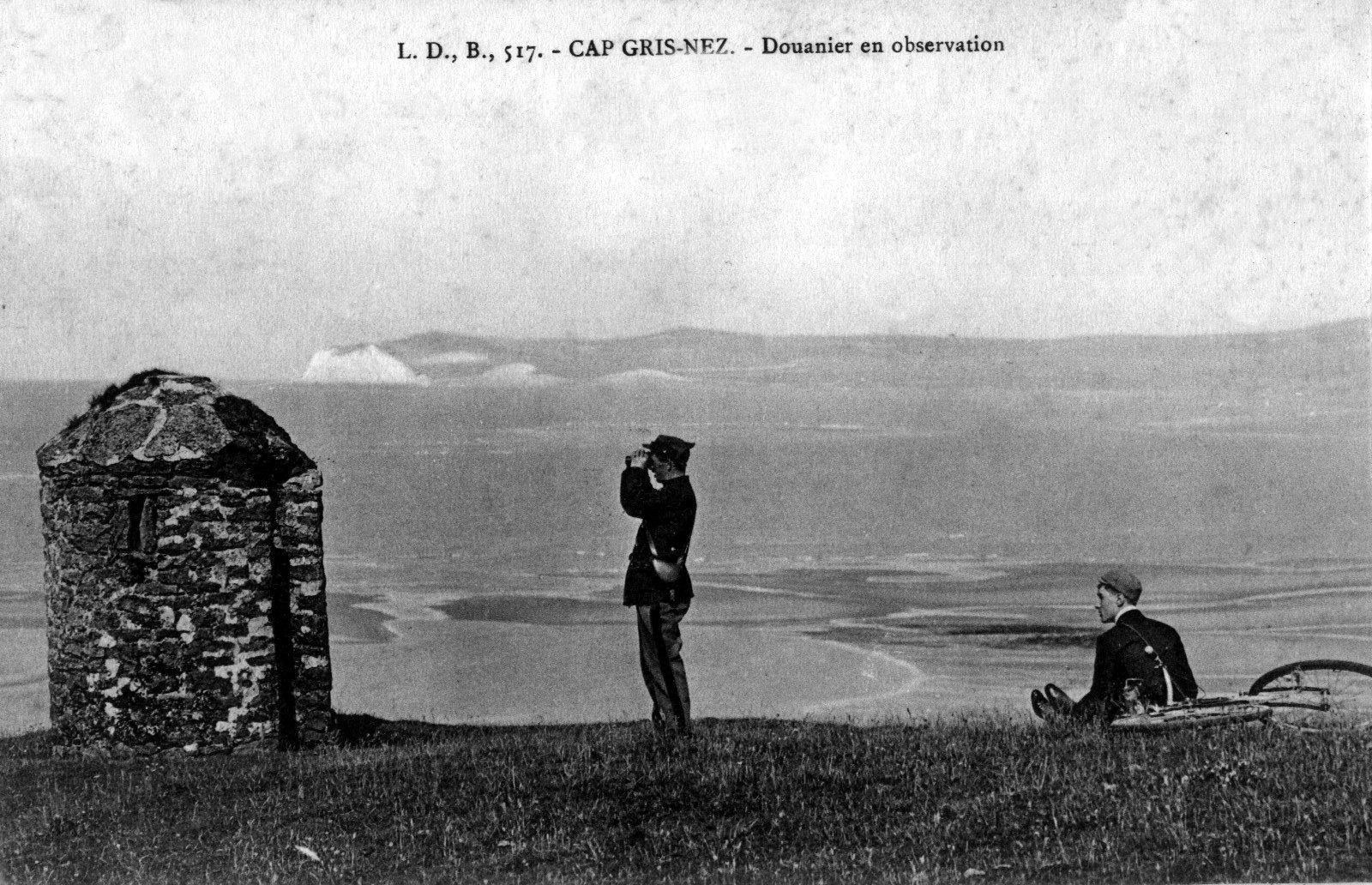 Douanier en observation au Cap Gris Nez