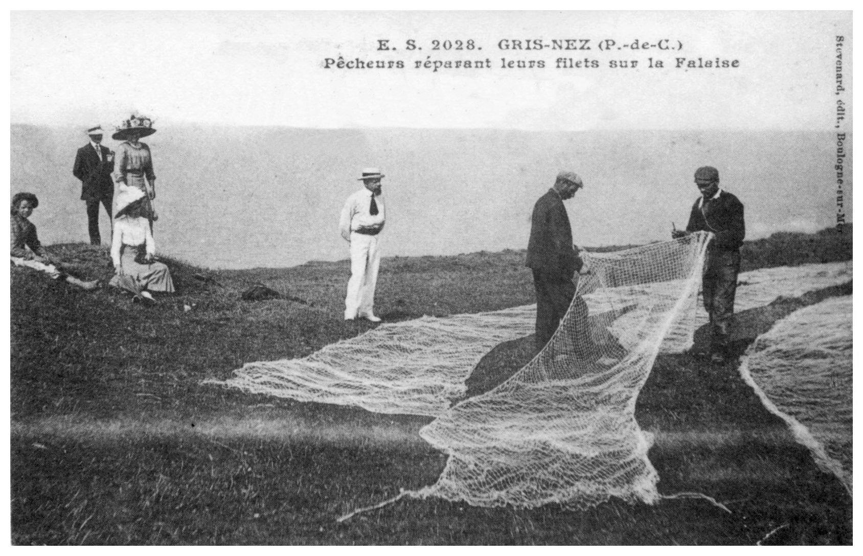 Audinghen -Pêcheurs réparant leurs filets sur la falaise