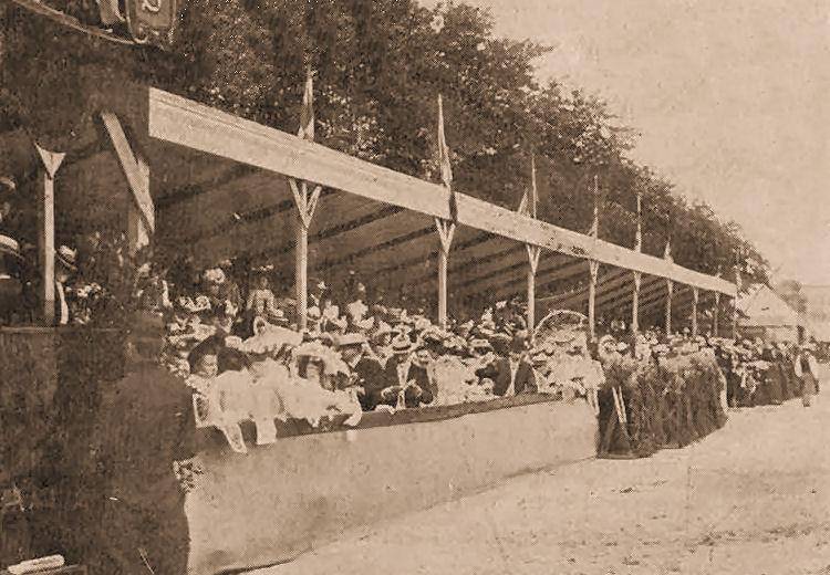 Le public au concours hippique de 1901