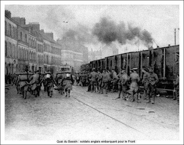 Guerre 14 Débarquement de soldats anglais au quai du Bassin à Boulogne sur mer