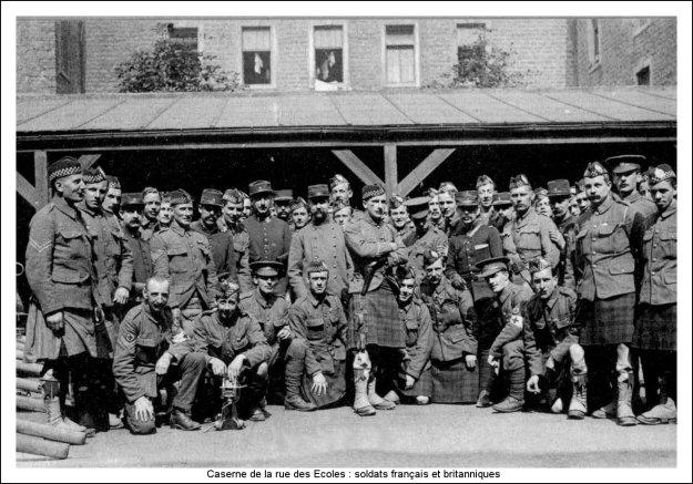 Guerre 14 Soldats français et britanniques à la caserne de la rue des Ecoles à Boulogne sur mer