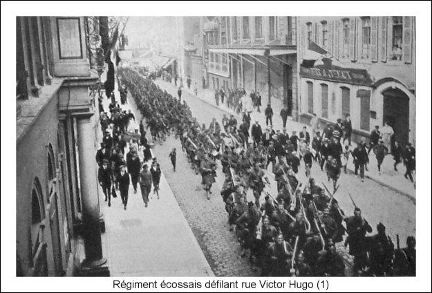 Guerre 14 Régiment écossais défilant rue Victor Hugo à Boulogne sur mer