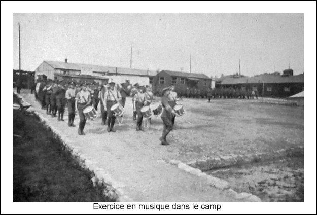 Guerre 14 Exercice de musique dans le camp
