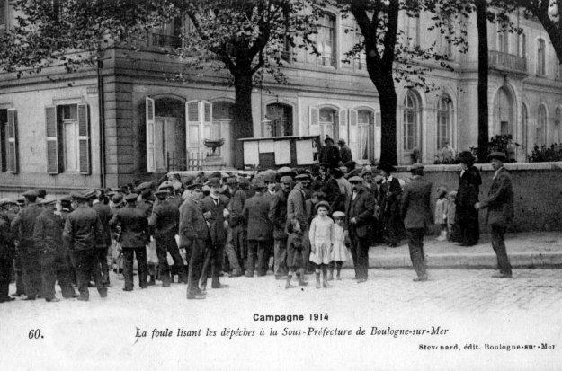 1914 La foule lisant les dépêches à la sous-préfecture de Boulogne sur mer