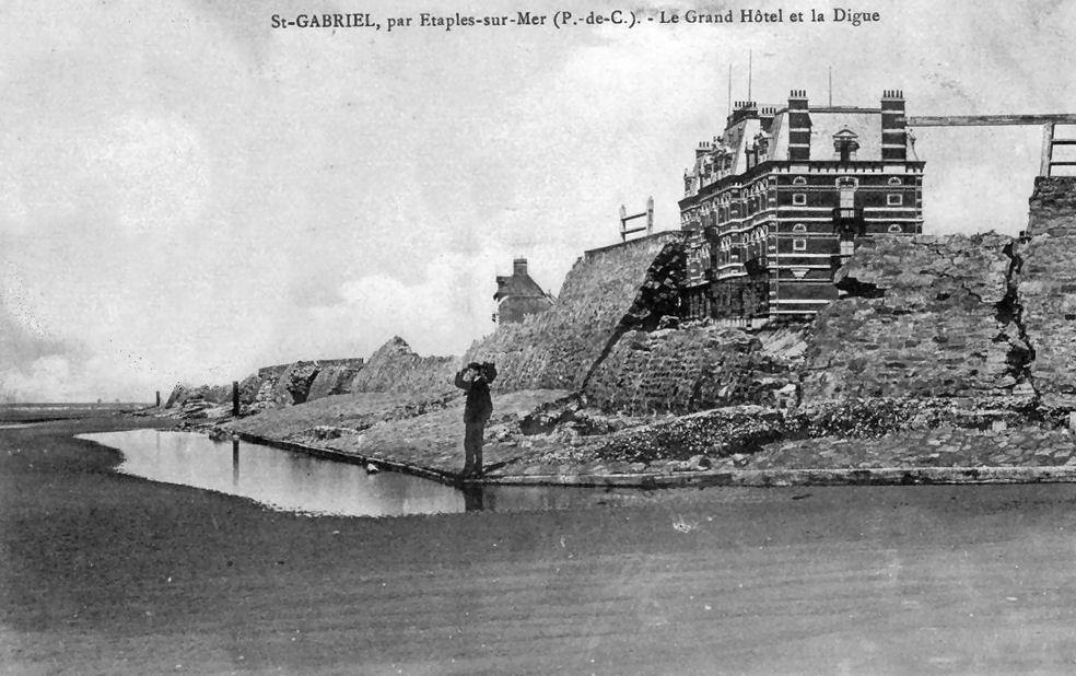 La digue éventrée et l'hôtel de Saint Gabriel sur le point de s'écrouler