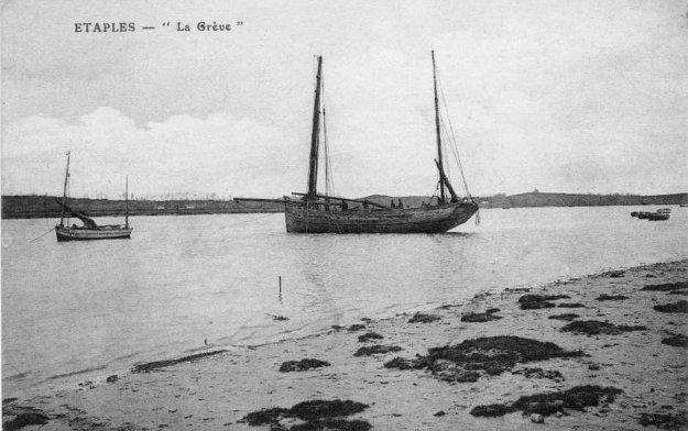 Etaples - bateau de pêche sur la grève