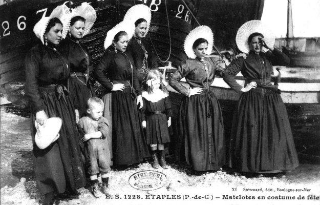 Matelotes étaploises en costume traditionnel