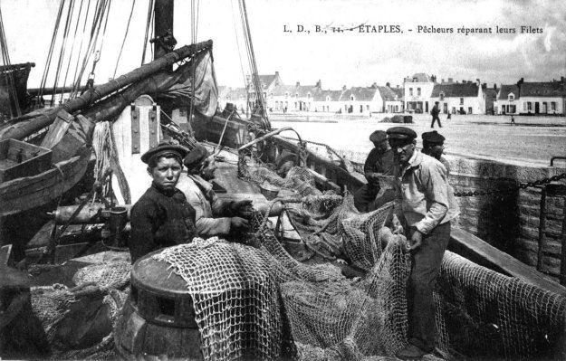 Etaples - pêcheurs réparant leurs filets
